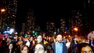 Vor dem Javits Convention Center, wo Hillary Clinton ihre Wahlparty veranstaltet, fiebern hunderte ihrer Wähler vor der New Yorker Skyline mit. Bildquelle: Katha