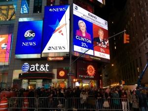 AM Times Square werden die Ergebnisse live übertragen und von Hunderten live verfolgt. Bildquelle: Eigene Aufnahme