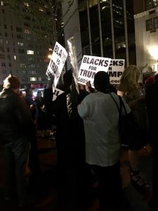 """""""Blacks for Trump"""" bekommen Zugang zu dessen Wahlparty im Hilton NYC. Presse und Polizeiaufgebot begleiten den Eindruck. Bildquelle: Eigene Aufnahme"""