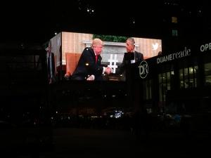 Der Besuch Donald Trumps im Weißen Haus wird an den großen Leinwänden überall in der Stadt übertragen. Bildquelle: Eigene Aufnahme